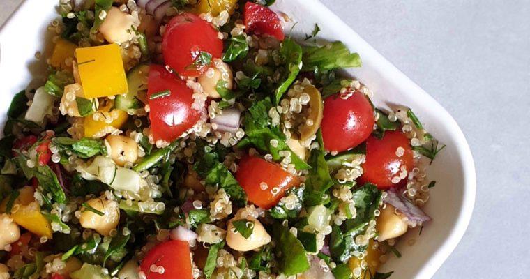Orzeźwiająca sałatka na upalne dni – idealna na lekki obiad!